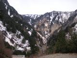 姥湯温泉と背後の山