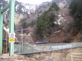 姥湯温泉への吊り橋
